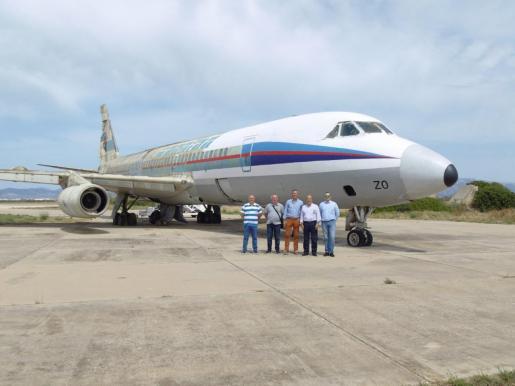 Miembros de la asociación Amics de Son Sant Joan, ante el avión con el morro y parte del fuselaje recién pintados con los últimos colores de la desaparecida aerolínea Spantax.