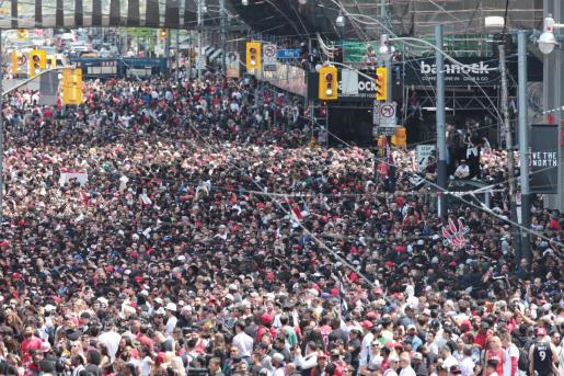 Aglomeración de personas durante la celebración de la victoria de los Raptors.