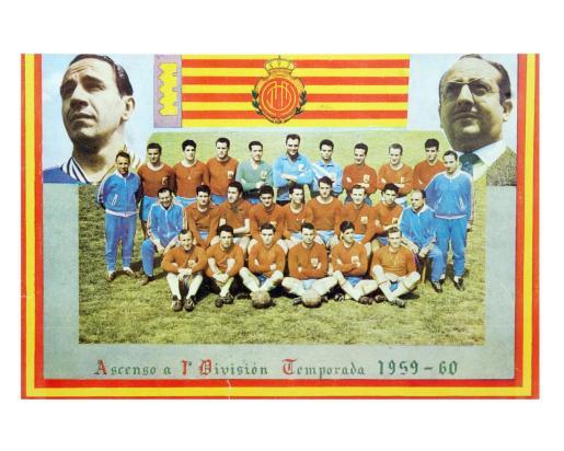 Imagen conmemorativa de la plantilla que logró el primer ascenso a Primera en la temporada 1959-60.