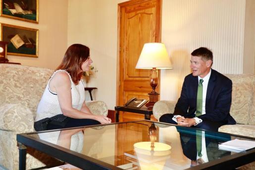 La presidenta del Govern, Francina Armengol, ha recibido al embajador de Nueva Zelanda en España, Nigel Fyfe.