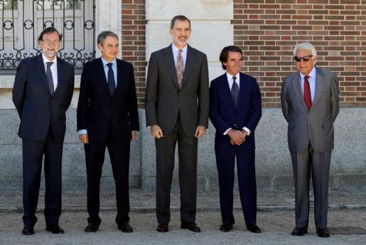 El Rey Felipe VI posa junto a los expresidentes del Gobierno Mariano Rajoy, José Luis Rodríguez Zapatero, José María Aznar y Felipe González, a su llegada para presidir este martes la reunión del Patronato del Real Instituto Elcano.