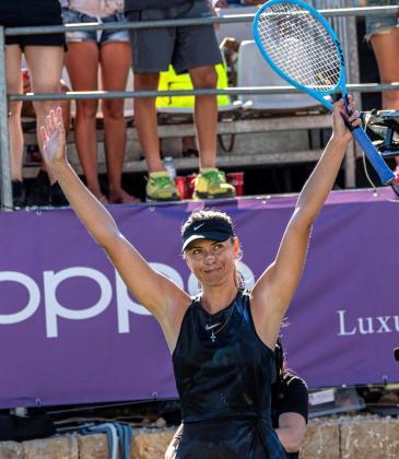 La tenista rusa María Sharápova saluda tras ganar el partido que ha disputado ante la eslovaca Viktória Kzmová, en el torneo Mallorca Open.