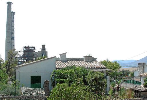 El núcleo fue diseñado en los años sesenta como residencia para los trabajadores de la vieja central de Alcanada y sus familias.