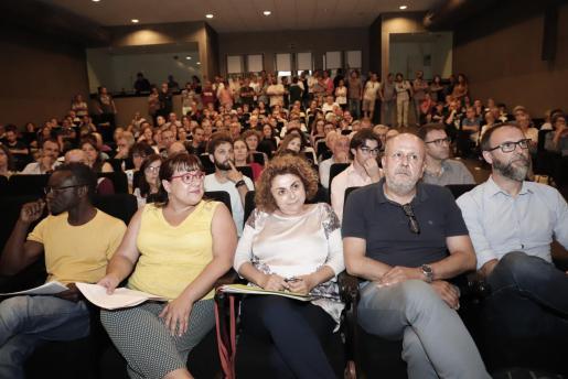 Momento de la asamblea de Més de este martes donde la militancia ecosoberanista debatió si aceptaba la propuesta que los socialistas les trasladaron el lunespara formar parte del Govern balear.