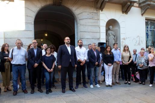 El alcalde de Mataró, David Bote (c) participa en la concentración frente al consistorio de la ciudad para realizar un minuto de silencio por la muerte de la menor.