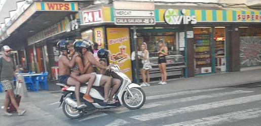 Los cuatro jóvenes viajaban por el centro de Sant Antoni en una moto.