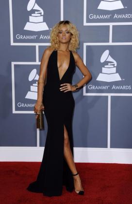 La cantante Rihanna momentos antes de la ceremonia de entrega de la edición 54 de los premios Grammy de la música.