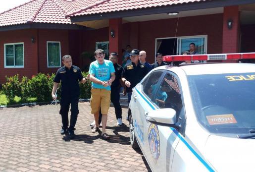 La policía tailandesa arresta al italiano Franceso Galdelli (c), a las afueras de Pattaya en la pronvincia de Chonburi (Tailandia).