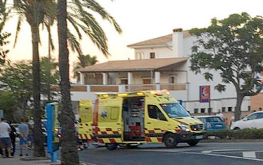 Imagen de una ambulancia en el lugar donde se produjo el lunes por la tarde el suceso.