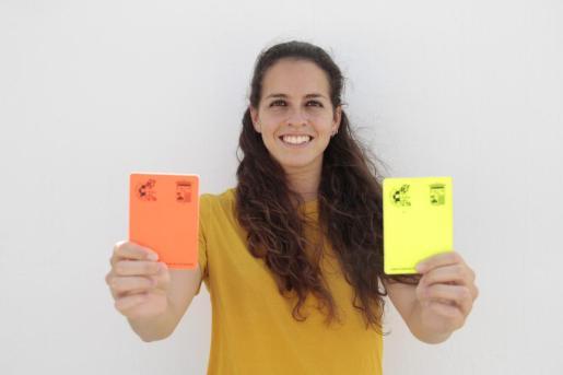 La colegiada Amy Peñalver muestra dos tarjetas en un reportaje con este diario.