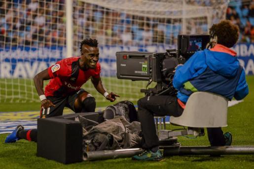 El jugador del Real Mallorca Lago Junior celebra un gol ante una cámara de televisión en La Romareda.