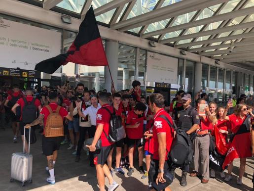 Imagen de los aficionados del Real Mallorca despidiendo a los jugadores y al cuerpo técnico en el aeropuerto de Son Sant Joan antes de poner rumbo a tieras gallegas, donde este jueves se disputa el partido de ida de la final por el ascenso a la Liga123.