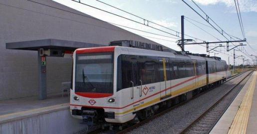 Imagen de archivo del metro, a su paso por la estación de Son Sardina.