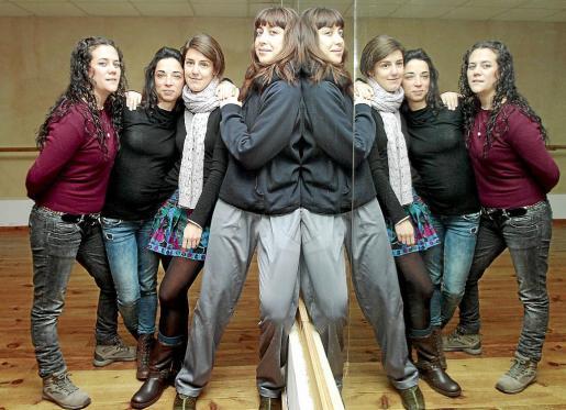 De izquierda a derecha, las bailarinas Valeria Pintos, Leticia Hoz, Amaya Ruiz y Caty Carrasco, durante uno de los ensayos de Dansaprop en el centro de creación Moviment, donde dan forma a unas coreografías muy «femeninas».