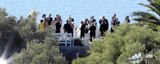 A pesar de las fuertes medidas de seguridad y los focos 'antipaparazzis', pudimos ver a los novios tras la ceremonia en la finca de Son Marroig.