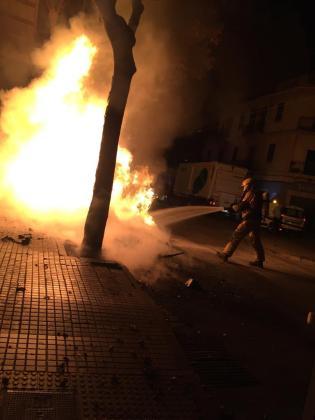 Un bombero, sofocando las llamas.