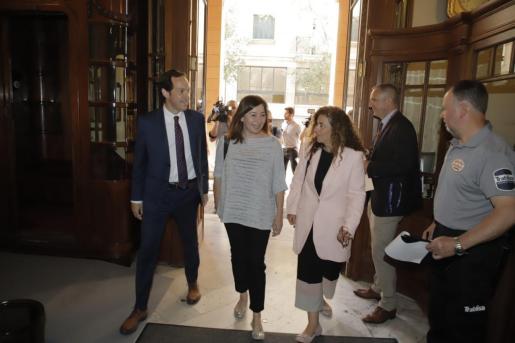 Francina Armengol, Pilar Costa y Marc Pons, a su llegada al Parlament.