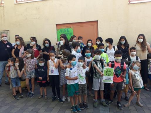 Padres y alumnos de colegios se concentran con mascarillas para exigir la continuidad de Madrid Central.