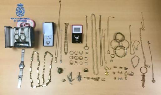 Imagen de algunas de las joyas que robó la cuidadora.