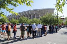 Centenares de aficionados hacen cola para conseguir entradas para el Mallorca-Deportivo