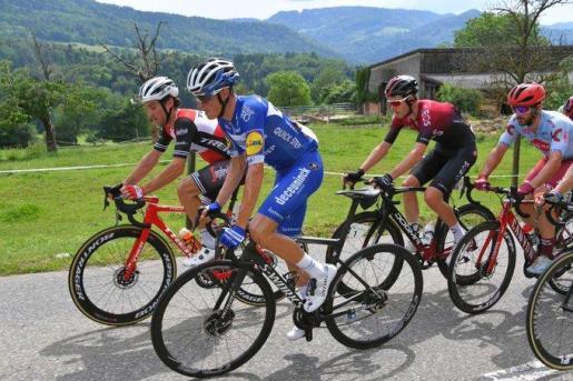 Enric Mas, en primer término, rueda durante la Vuelta a Suiza.