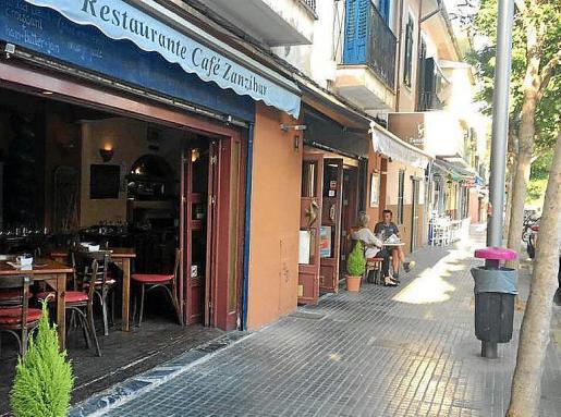 Al restaurante Zanzíbar tan solo se le permite una mesa en la calle.