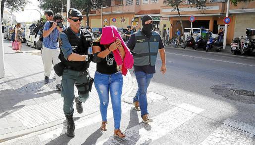 Una de las arrestadas, acompañada por agentes de la Policía Judicial de la Guardia Civil de Calvià.