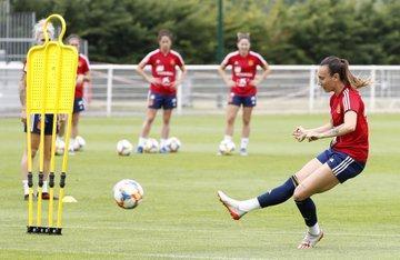 La futbolista mallorquina Virginia Torrecilla lanza una falta en un entrenamiento.