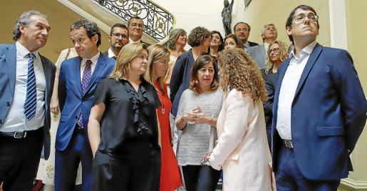 El nuevo Govern que prepara Armengol incorpora a buena parte de los diputados del PSIB, con los que aparece en la foto.