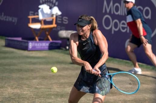 La tenista rusa María Sharápova devuelve una bola durante el partido de octavos de final del WTA Mallorca Open, que ha disputado ante la alemana Angelique Kerber.