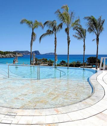 Una de las piscinas exteriores del Bless Hotel Ibiza con sus impresionantes vistas.
