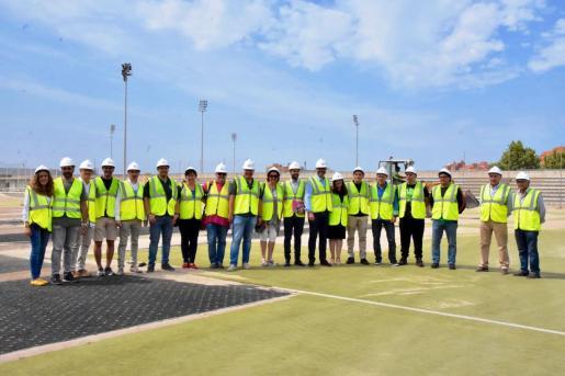 Imagen de la visita institucional a las obras del polideportivo Germans Escalas.