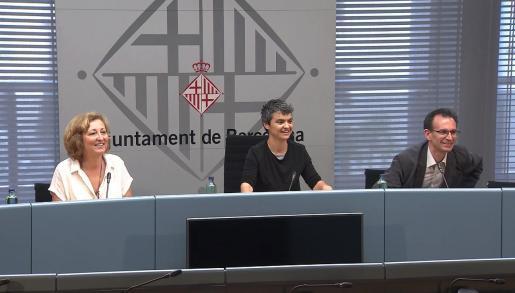 La concejal del Ajuntament de Barcelona, Lucía Martín, durante la rueda de prensa.