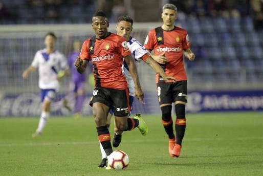 Pervis Estupiñán avanza con el balón ante Suso y Salva Sevilla.