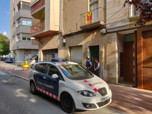 Agentes de Mossos d'Esquadra custodian la puerta del domicilio en Terrassa (Barcelona) donde hallaron un cadáver.