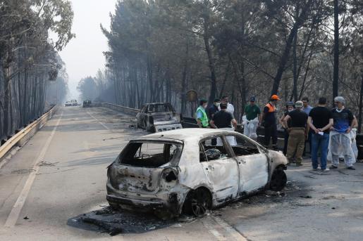 Equipos de emergencia en una de las zonas donde se produjo el incendio.