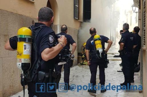 Bomberos y agentes de la Policía Local de Palma en las cercanías del hotel de Palma en el que se ha producido un incendio.