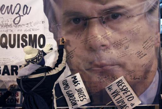 Imagen de un cartel en apoyo a Garzón durante la celebración del juicio.