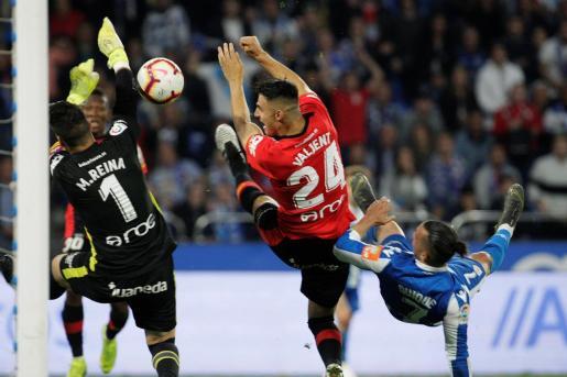 Imagen de la jugada del segundo gol del Deportivo de la Coruña en Riazor ante el Real Mallorca en una acción en la que los bermellones protestaron por juego peligroso en el remate de chilena de Quique González.