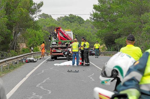 Los servicios médicos no pudieron hacer nada para salvar la vida del joven y la Guardia Civil investiga el accidente en un tramo de línea continua.
