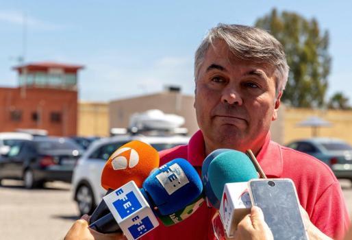 El abogado de 'La Manada', Agustín Martínez, atiende a los medios ante la prisión Sevilla I.