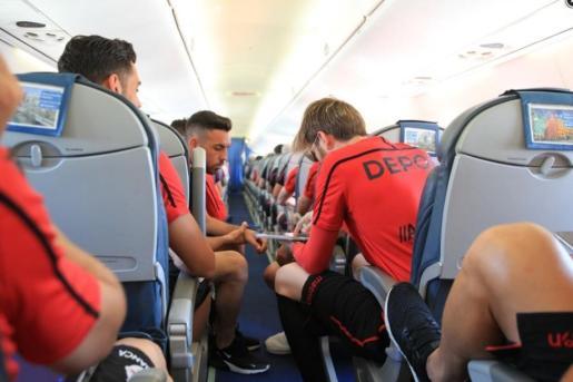 Los futbolistas del Deportivo, a bordo de un avión.