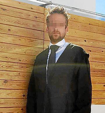 El inglés lleva años afincado en Mallorca. Las artimañas de este inglés han llegado ahora a los juzgados de Palma. Sus tarjetas han levantado sospechas enseguida entre los abogados, que ya han notificado al ICAIB de su existencia.