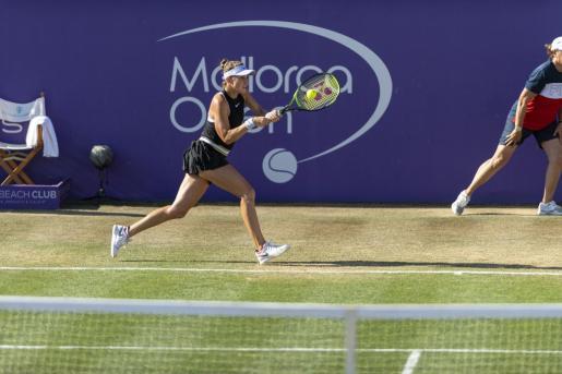 Belinda Bencic conecta un revés durante su semifinal del Mallorca Open ante la alemana Angelique Kerber en el Santa Ponça Country Club.
