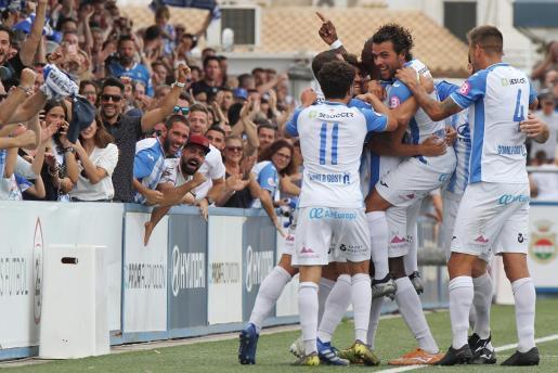 Los jugadores del Atlético Baleares celebran el tanto de la victoria ante el Melilla, obra de Nuha Marong, el pasado domingo en Son Malferit.