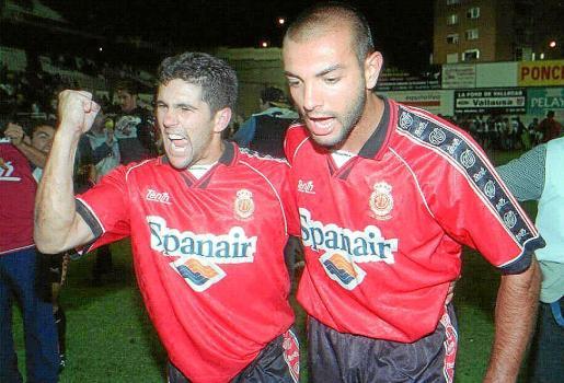 Los jugadores del Real Mallorca Carlos Domínguez y Pepe Gálvez celebran el ascenso a Primera División, tras el encuentro de vuelta de la promoción disputado frente al Rayo Vallecano.