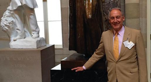 Juan Prat y Coll, ante la estatua de Junípero Serra en la rotonda del Senado, en Washington.