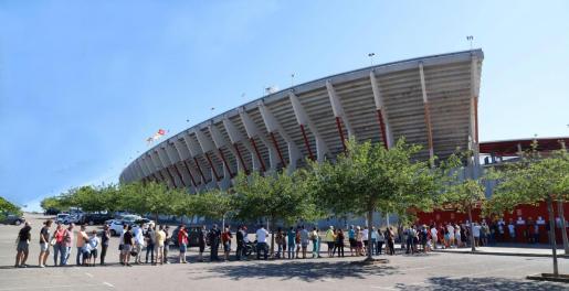 Colas en Son Moix para comprar las entradas del partido del Mallorca contra el Deportivo.