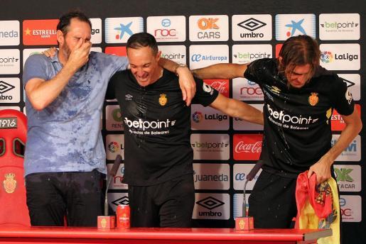 Vicente Moreno, celebrando el ascenso del Mallorca, durante la rueda de prensa.