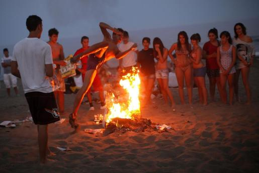 Imagen de archivo de un joven saltando una hoguera en San Juan.